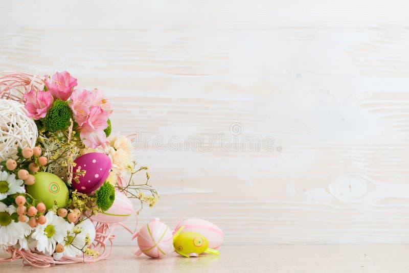 Påskhälsningkort av nya blommor arkivfoton