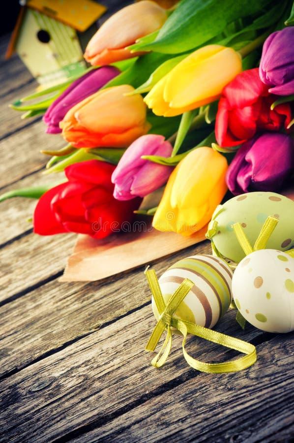 Påskinställning med flerfärgade tulpan royaltyfri fotografi