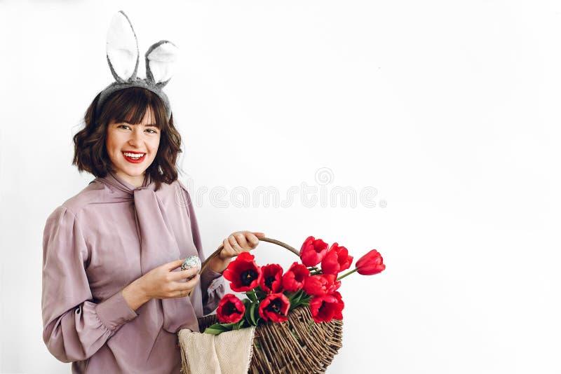 Påskjaktbegrepp den härliga stilfulla flickan i kanin gå i ax holdin royaltyfri fotografi