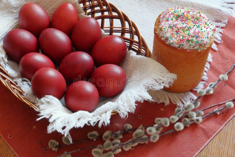 Påskkaka, ägg i en vide- korg royaltyfri bild