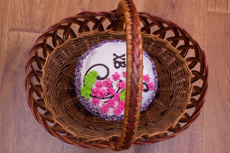 Påskkakakaka i en bästa sikt för korg arkivfoto