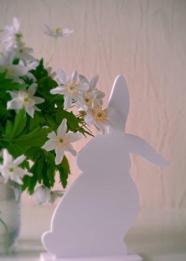 Påskkaninen med fjädrar blommor fotografering för bildbyråer