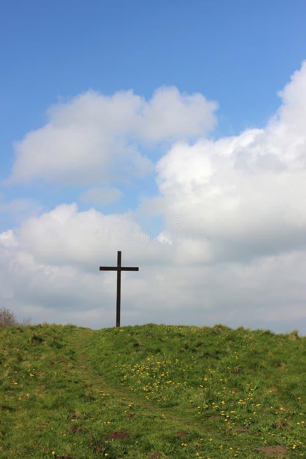 Påskkors på den gröna kullen med korset för bana upp till arkivfoton