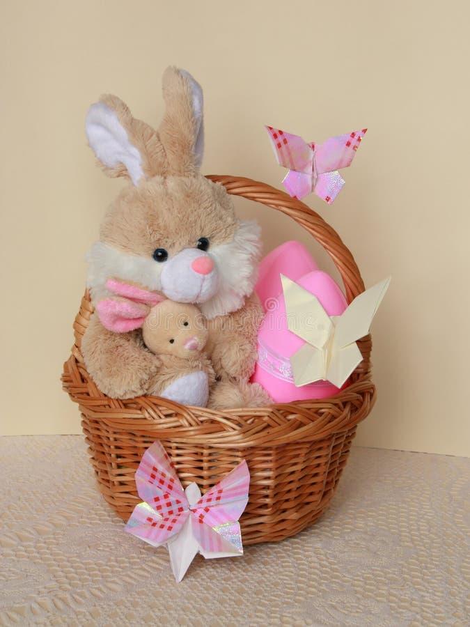 Påskkortet - kaninen, ägg i korg - lagerföra fotoet royaltyfri bild