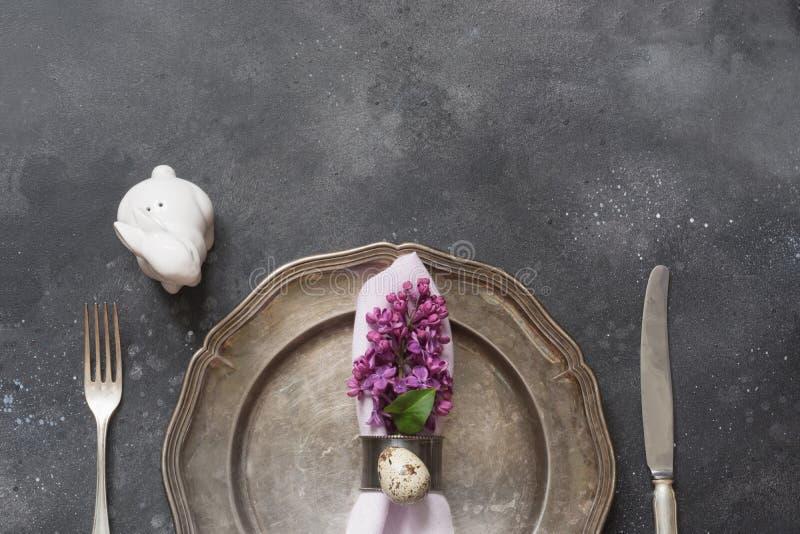 Påskmatställe Eleganstabellinställning med rosa blommor för vår på mörker Top beskådar arkivfoto