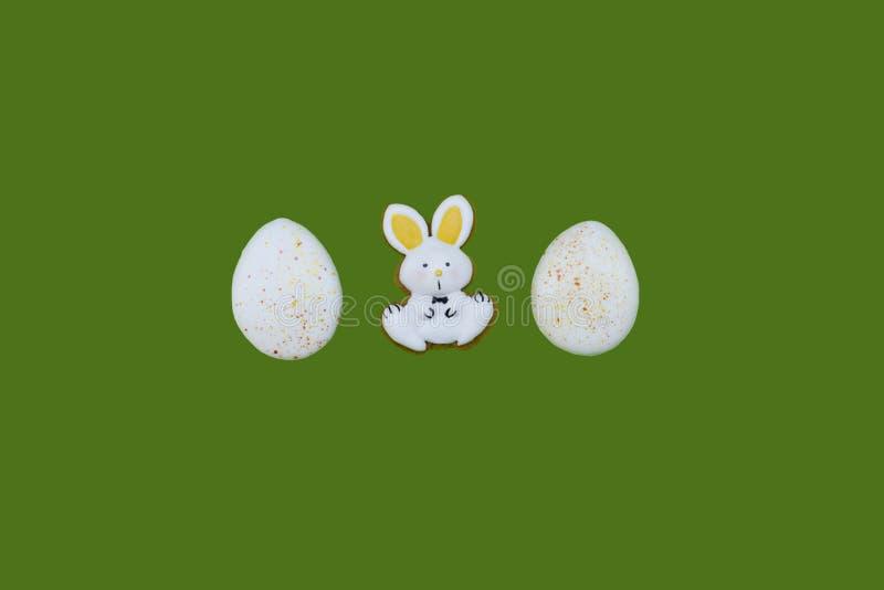 Påskpepparkakor som ägg och hare arkivbild
