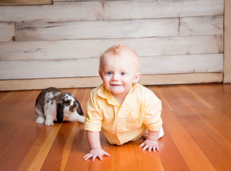 Påskpojke och kanin arkivbild