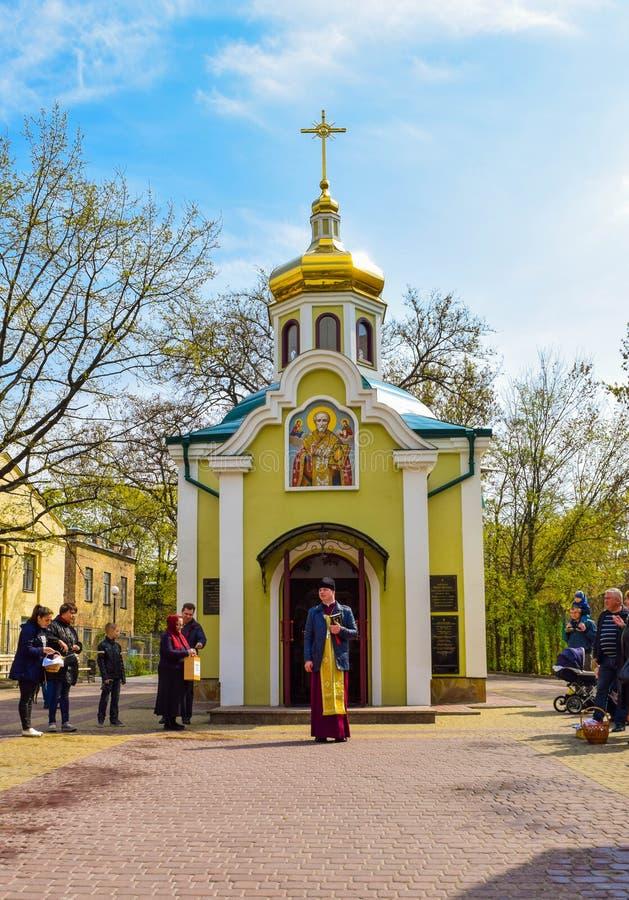 Påskpredikan nära den lilla kyrkan royaltyfri foto