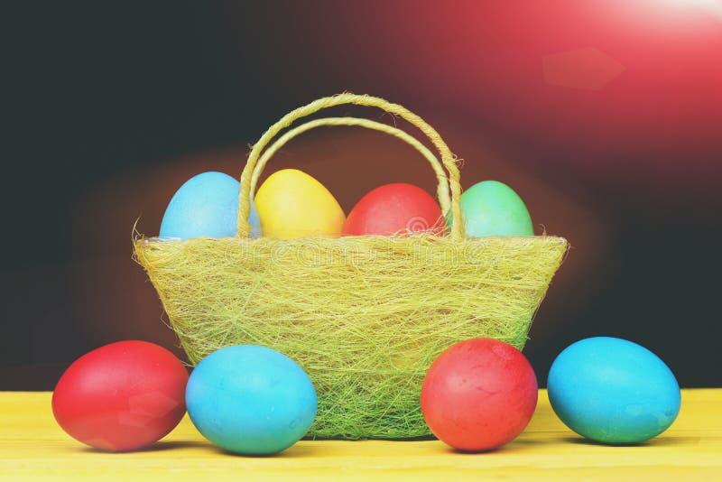 Påsksamling av målade dekorativa ägg i grön korg royaltyfri foto