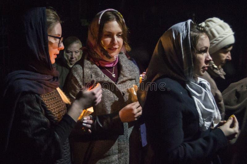 Påskservice i den ortodoxa kyrkan i den Kaluga regionen av Ryssland royaltyfria foton