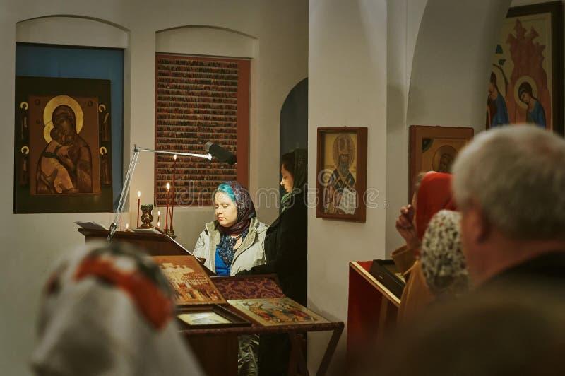 Påskservice på natten av 1 kan 2016 den ryska ortodoxa kyrkan i den Kaluga regionen arkivbild