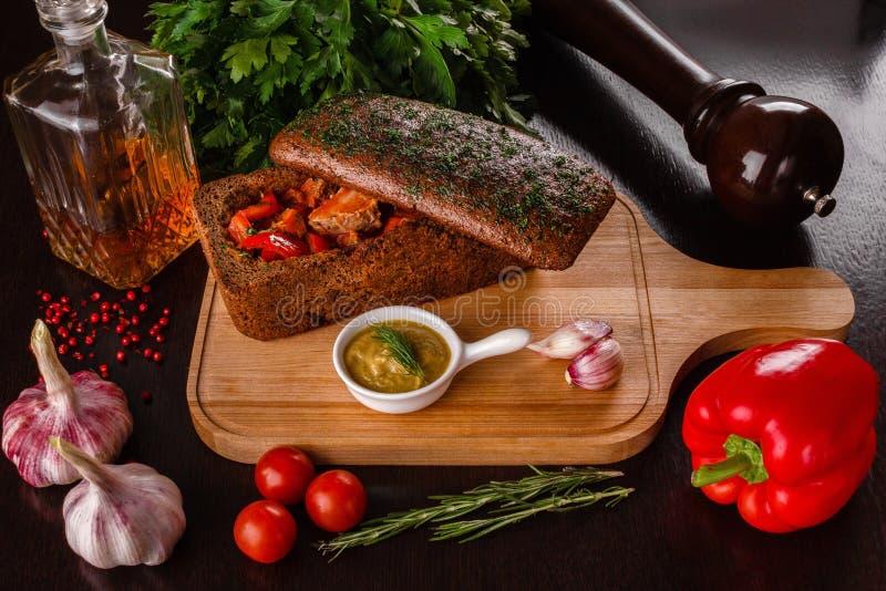 Påsksoppa, den sura soppan som gjordes av rågmjöl med den rökte korven, och ägg tjänade som i brödbunke Surt traditionellt polerm royaltyfri fotografi