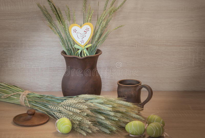 Påskstilleben från målad ägg och clayware royaltyfria bilder
