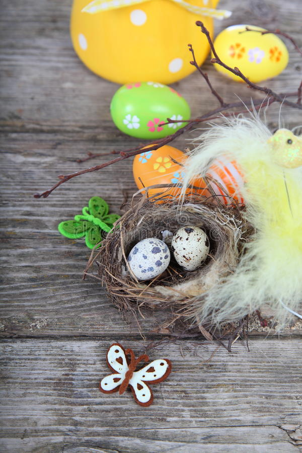 Påskstilleben med ägg i redet arkivfoton