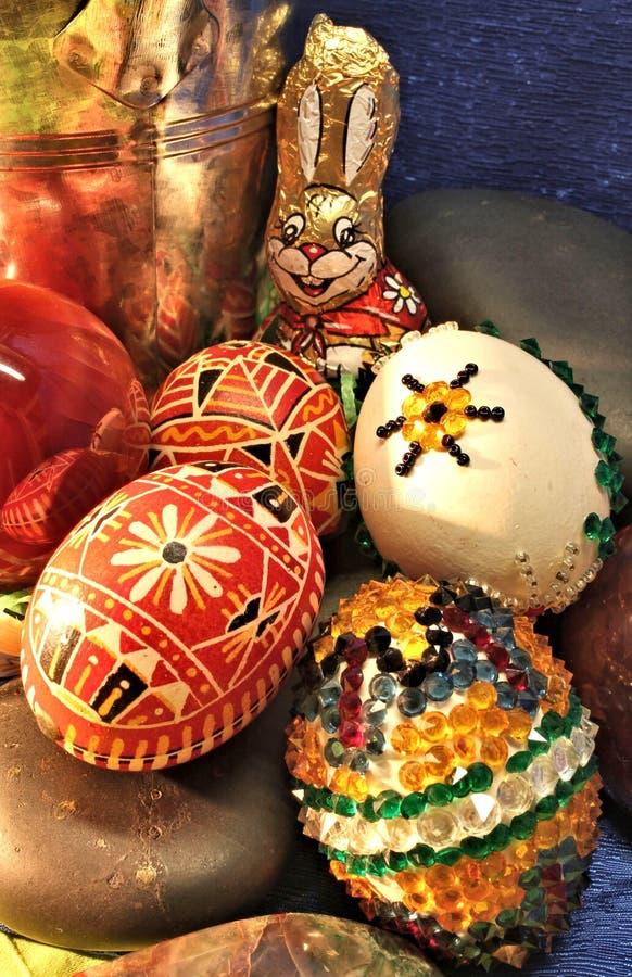 Påskstilleben med ägg och juvelstenar arkivbild