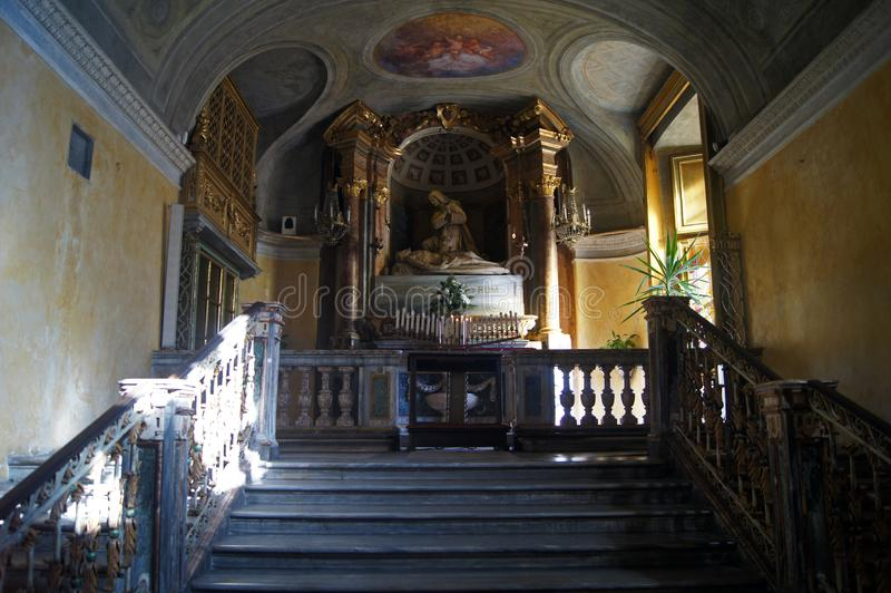 Påsksymbol, Italien, Turin kungligt kyrkligt altare med skulptur av död Jesus arkivbild