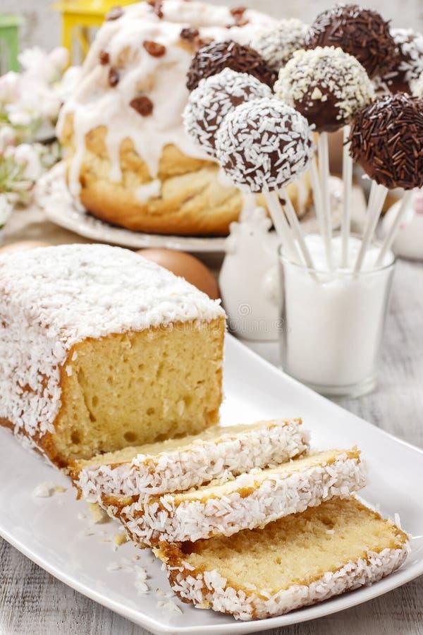 Påsktabell med cakes royaltyfri fotografi
