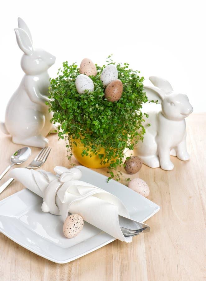 Påsktabellinställning med kanin- och ägggarnering royaltyfria foton