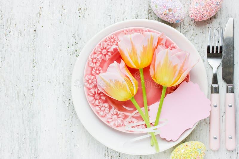 Påsktabellinställning med tulpan för ägg för feriedekor den blan färgrika royaltyfri foto