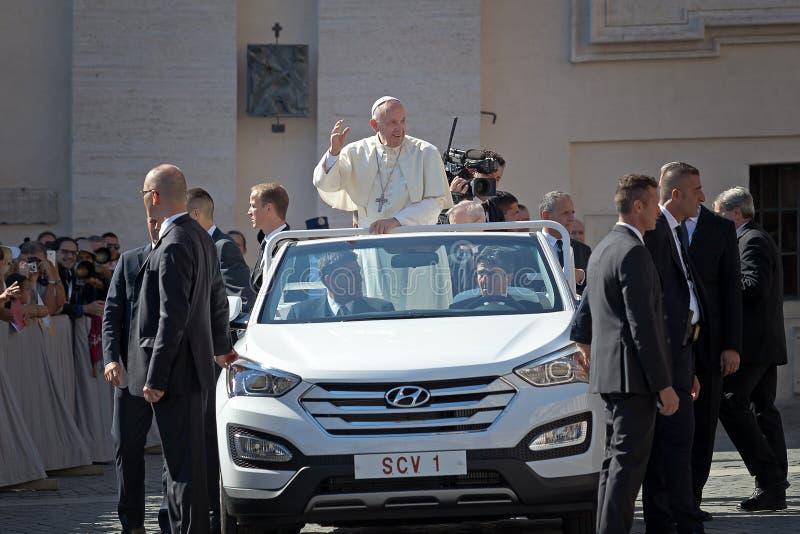 Påve Francis Bergoglio som hälsar det troget med hans hand royaltyfri bild