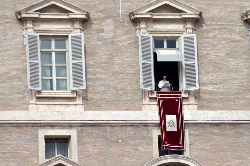 Påve Francis I som rymmer det angelusbönen och anförandet på Vaticanen royaltyfria bilder