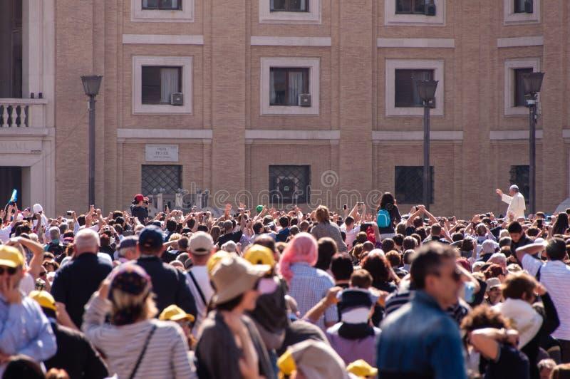 Påve Francis och folkmassa royaltyfria bilder