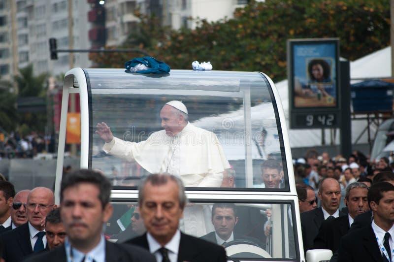 Påve Francis som vinkar till folkmassan arkivfoto