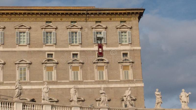 Påven Francis ber angelusen från fönstret av den påvliga lägenheten - Vatican City royaltyfria foton