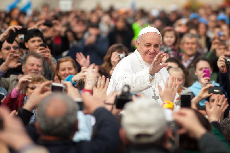 Påven Francis I bland folk tränger ihop, Rome, Italien royaltyfria foton