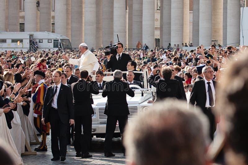 Påven Francis I välsignar det troget royaltyfri fotografi