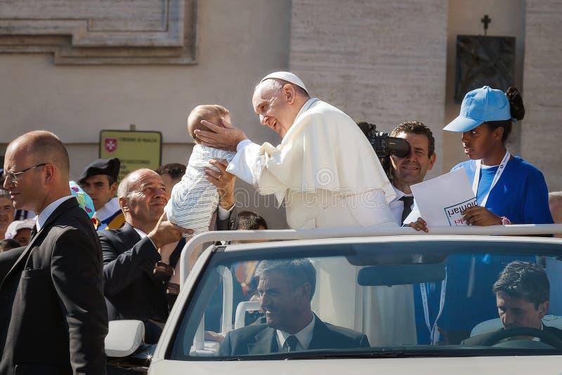 Påven Francis omfamnar ett nyfött royaltyfri fotografi