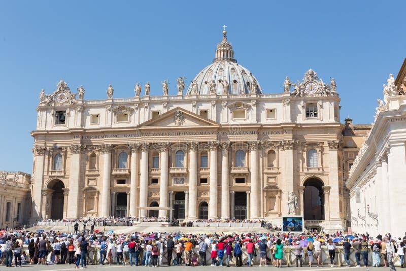 Påven Francis rymmer en general Åhörare på Sts Peter fyrkant som fylls med många, vallfärdar i Rome, Italien royaltyfri foto