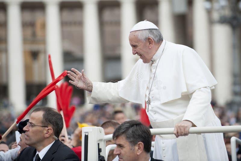 Påven Francis välsignar troget arkivfoton