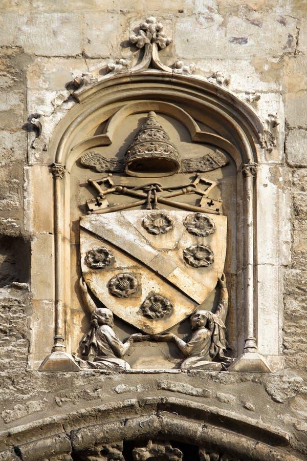 Påvlig Emblem på popesna Slott, Avignon, Frankrike fotografering för bildbyråer