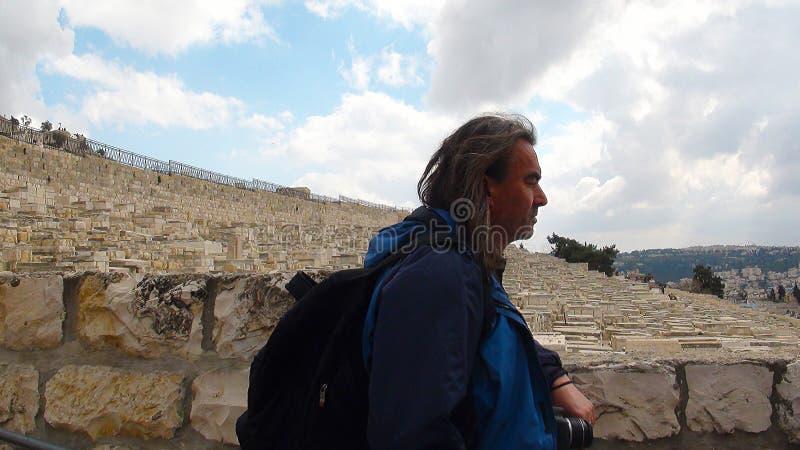 Pèlerin avec le backgorund sur la vue panoramique sur le cimetière juif, bâti du mont des Oliviers, Jérusalem, Israël photos stock