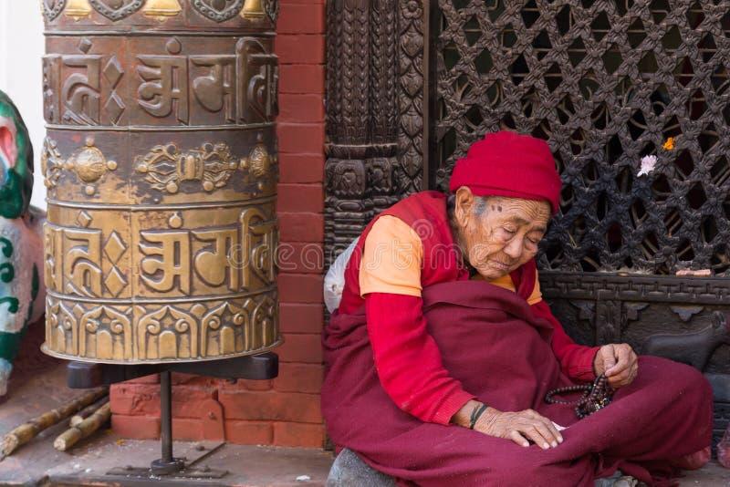 Pèlerin chez Boudhanath Stupa à Katmandou, Népal photos stock