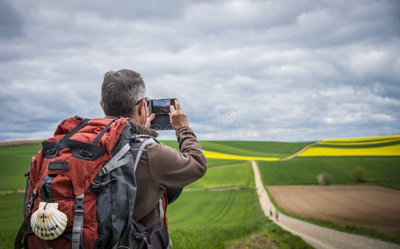 Pèlerin prenant des photos sur la route à Santiago photos libres de droits