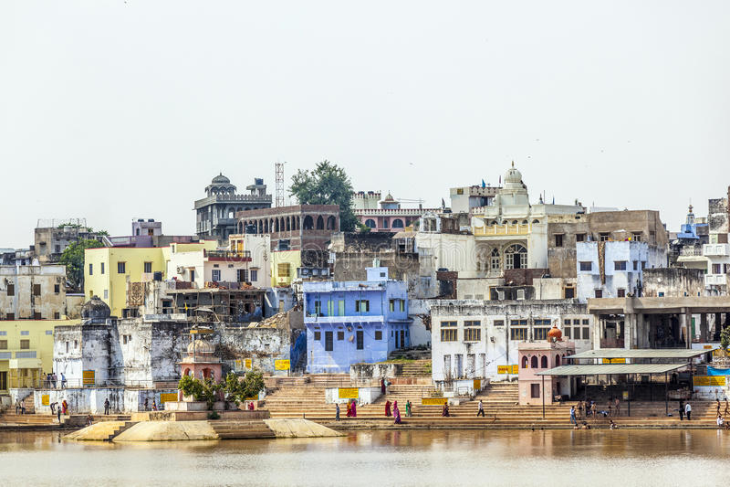Pèlerins à un ghat du lac saint dans Pushkar image libre de droits