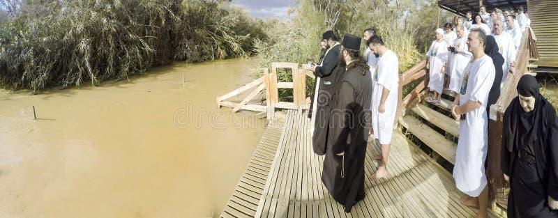 Pèlerins chrétiens pendant la cérémonie de masse de baptême chez Jordan River image stock