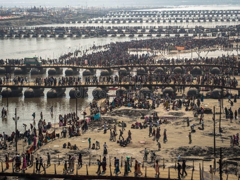 Pèlerins croisant les ponts de ponton chez Kumbh Mela 2013 photographie stock