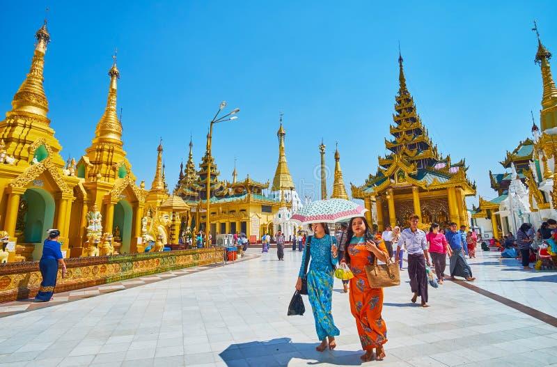 Pèlerins dans Shwedagon Zedi Daw, Yangon, Myanmar photo stock