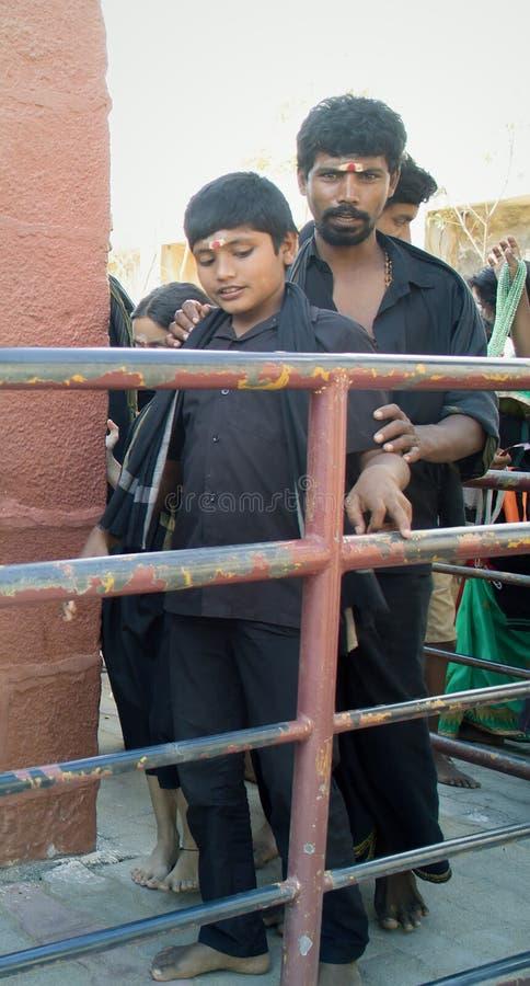 Pèlerins indiens dans le dhoti safran-noir, disciples de culte indou Ayyappa photographie stock libre de droits