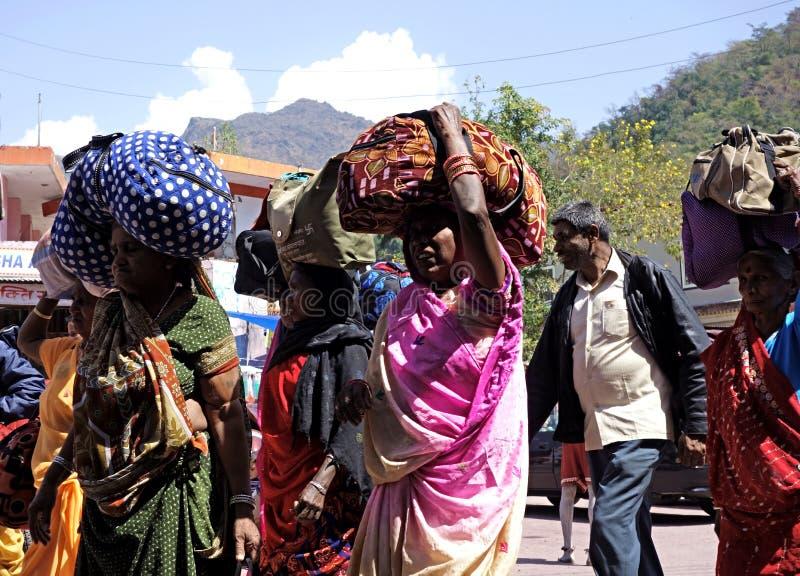 Pèlerins indiens de femmes portant le bagage sur la tête image libre de droits