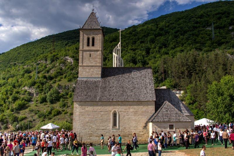 Pèlerins sur St religieux Ivo dans Podmilacje, Jajce d'événement photographie stock libre de droits