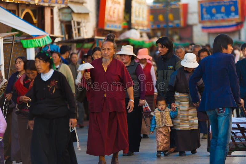 Pèlerins tibétains Barkhor Jokhang Lhasa Crowded photographie stock libre de droits