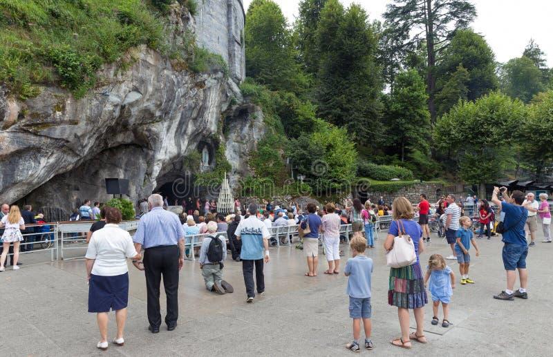 Pèlerins visitant la caverne chez Massabielle photo libre de droits