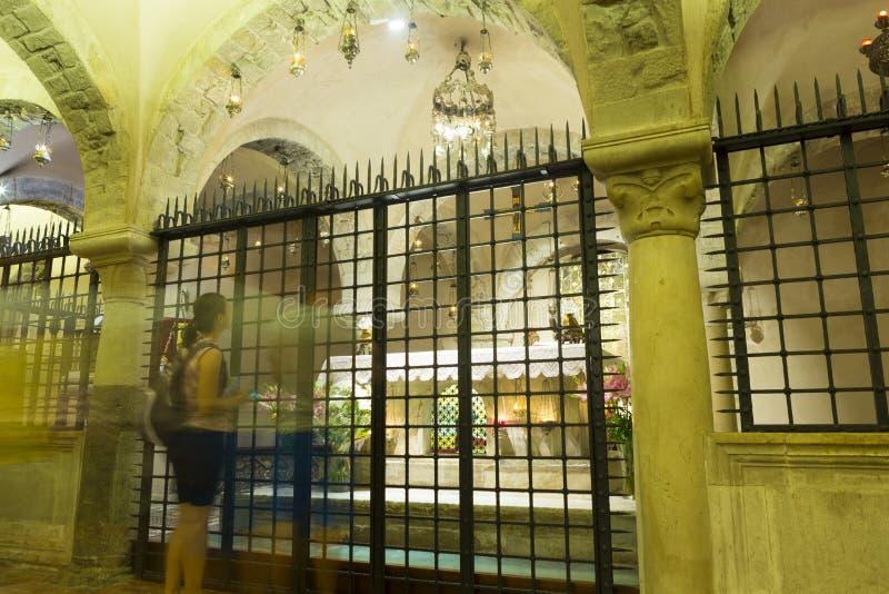 Pèlerins visitant les reliques de Saint-Nicolas images libres de droits
