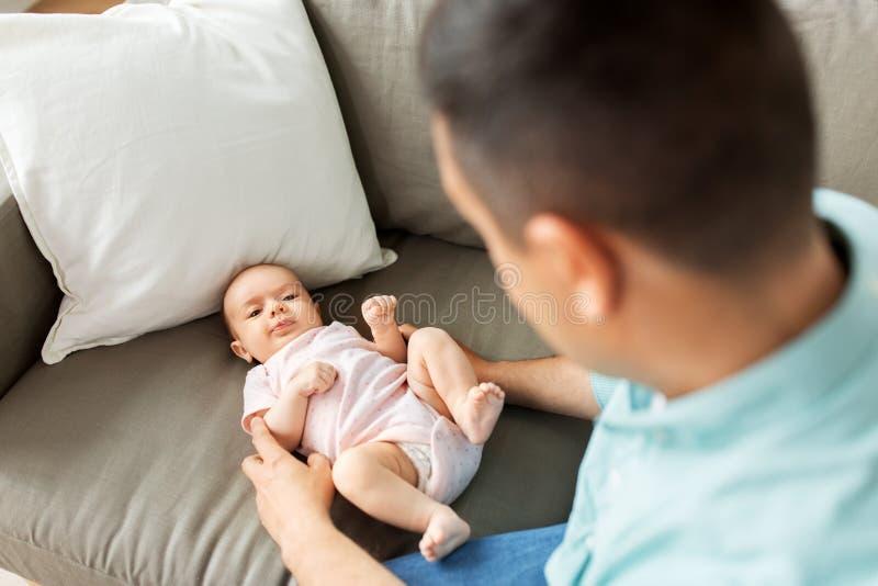 Père âgé moyen jouant avec le bébé à la maison images libres de droits