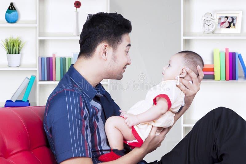Père Arabe souriant avec son fils image libre de droits