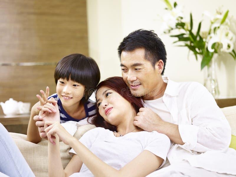 Père asiatique et fils de mère appréciant une causerie images libres de droits